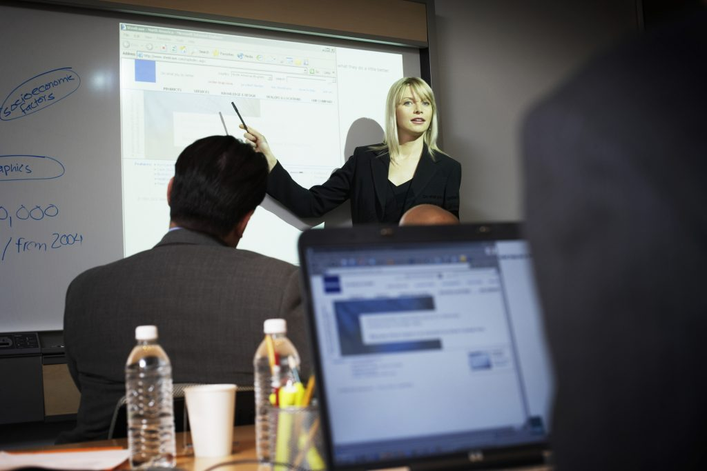 Vrouw die presenteert in een klaslokaal